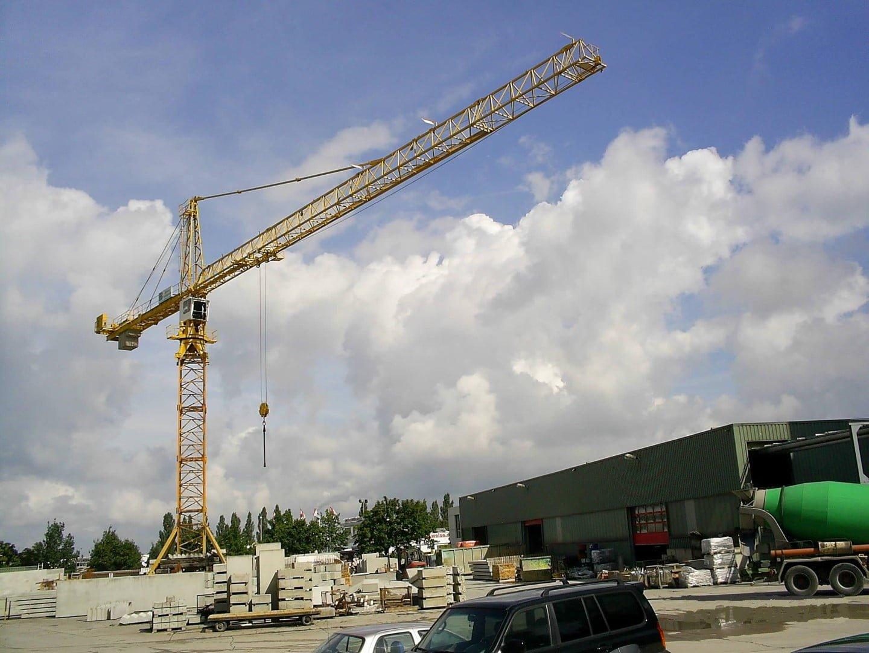 Van der Spek livre de nouveau une grue e tour d'occasion Liebherr pour une usine de beton prefab en Allemagne