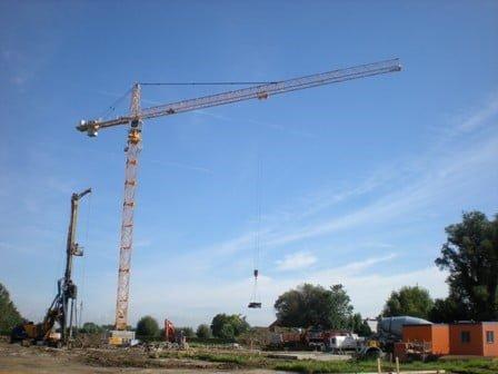 Van Der Spek Belgien liefert 2. Liebherr Turmdrehkran typ 200 EC-H 10 Litronic an Bekaert Building