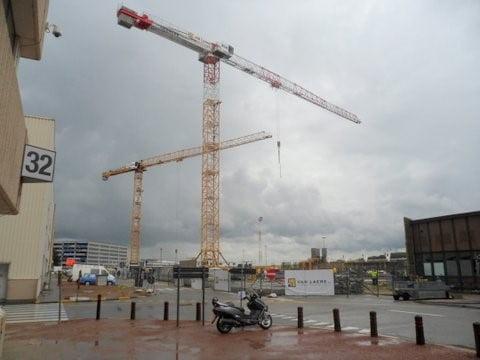 Van der Spek Belgien vermietet 2 Turmdrehkranen fuer Flughafen Zaventem