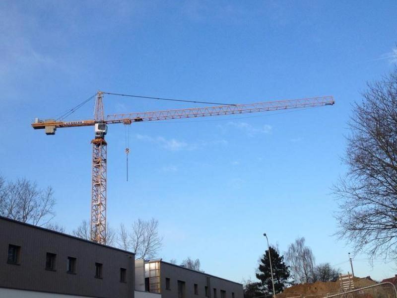 Neuer Turmdrehkran 200 EC-H 10 Litronic fuer die Firma Schoukens