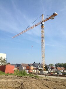 Neuer Turmdrehkran 200 EC-H 10 Litronic fuer die Firma Bekaert Building Company